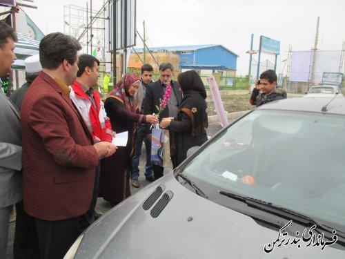 فرماندار شهرستان ترکمن به اولین مسافران نوروزی بندرترکمن خوشآمد گفت