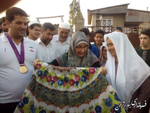 فرماندار ترکمن از خانواده نورمحمد آرخی ورزشکار قهرمان تجلیل کرد