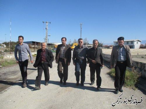 بازدید معاون فرماندار ترکمن از لایروبی محل تردد پل شناور در اسکله بندر ترکمن