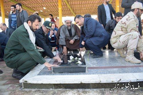 غباروبی و عطر افشانی مزار شهدای شهرستان ترکمن
