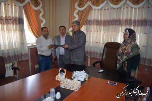 فرماندار ترکمن از کارمند فرمانداری و جانباز هشت سال دفاع مقدس تقدیر کرد
