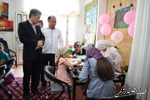 بازدید فرماندار ترکمن از کارگاه نقاشی دختران در آموزشگاه اردی بهشت شهرستان