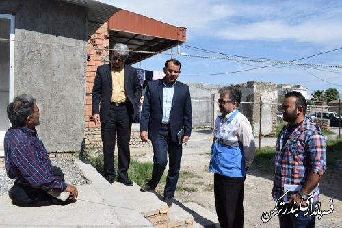 بازدید فرماندار ترکمن از منزل مددجوی بهزیستی و اهدای سبدکالا