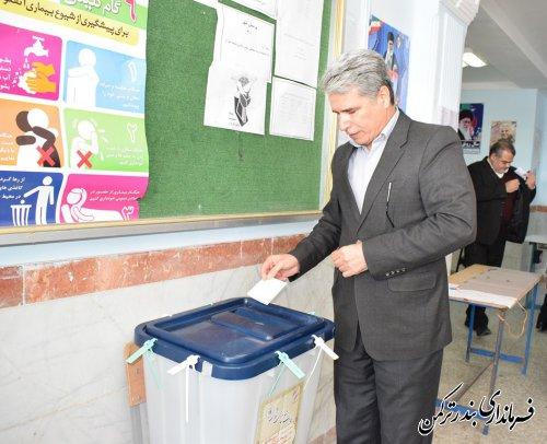فرماندار شهرستان بندرترکمن رای خود را به صندوق انداخت