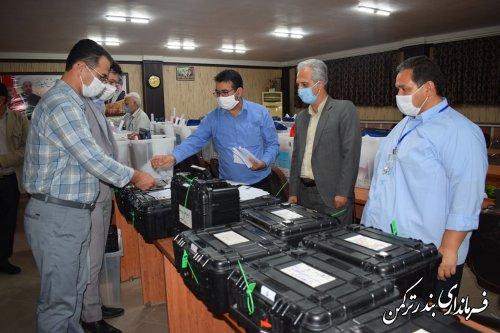 تحویل صندوقهای اخذ رای مرحله دوم انتخابات شهرستان ترکمن  به نمایندگان فرماندار