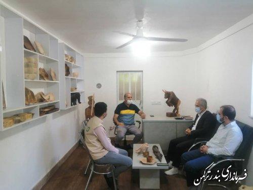 بازدید فرماندار از محل کارگاه صنایع دستی چوبی در شهرستان ترکمن